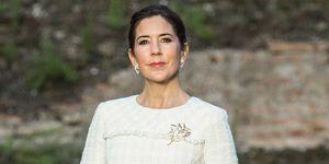 Mary de Dinamarca cambia sus tacones por deportivas en su visita a las termas de Carcalla en Roma