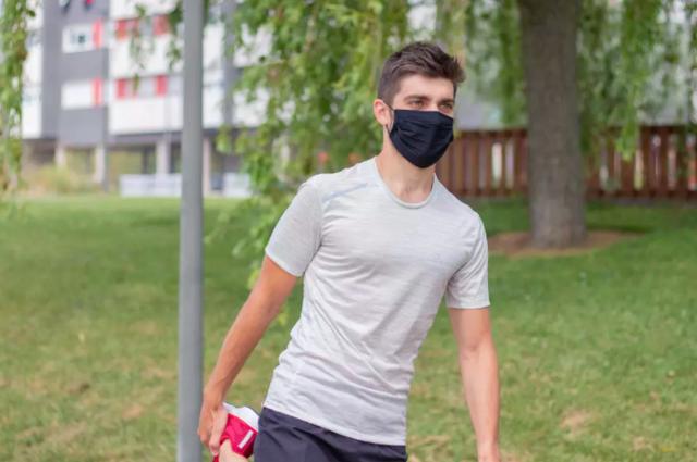 hombre haciendo deporte con mascarilla 100 de decathlon