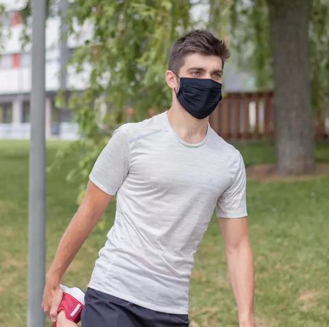mascarilla deportiva de color negro reutilizable