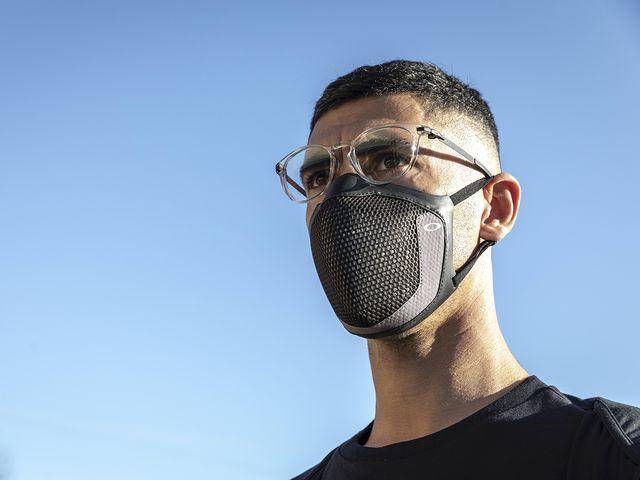 un deportista con da mascarilla deportiva oakley mask3