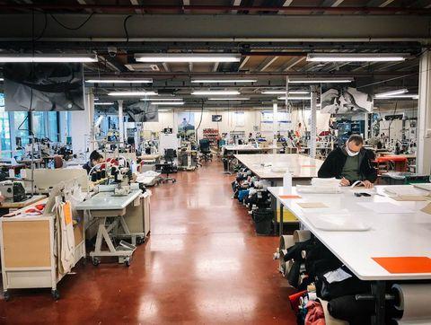 fábrica de la marca salomon donde sus trabajadores fabrican mascarillas