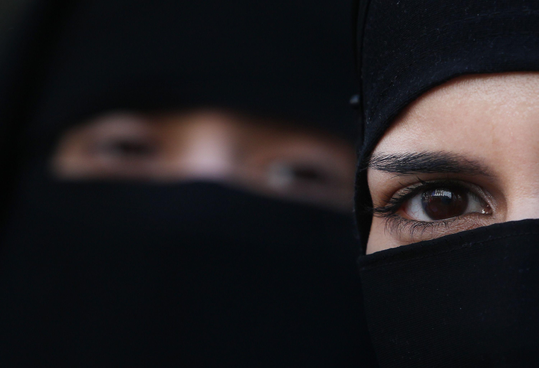 L'obbligo delle mascherine rende paradossali le leggi contro il burqa, e una riflessione è d'obbligo