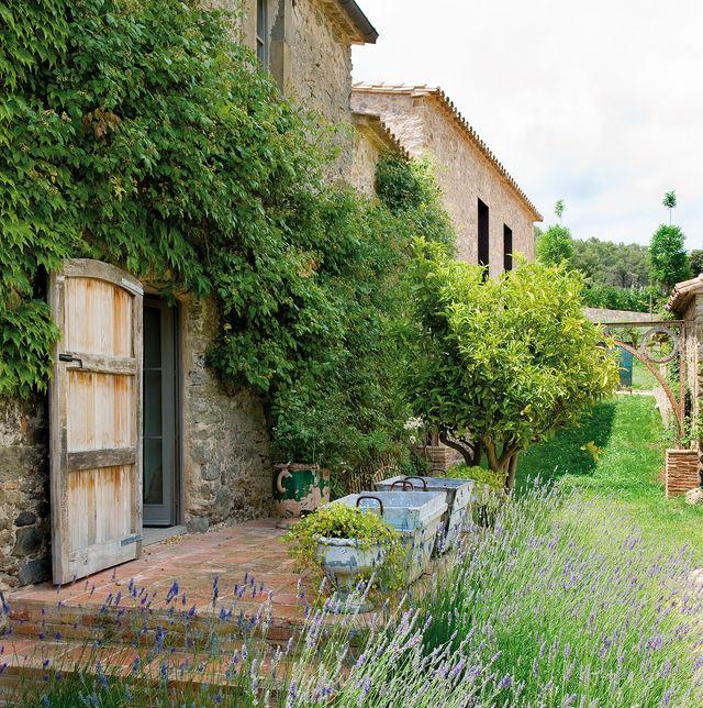 masía reformada con estilo mezcla rural y moderno jardín con lavandas