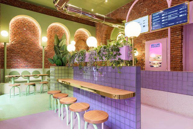 hamburguesería bun en milán diseñada por masquespacio con azulejos rosas y verdes