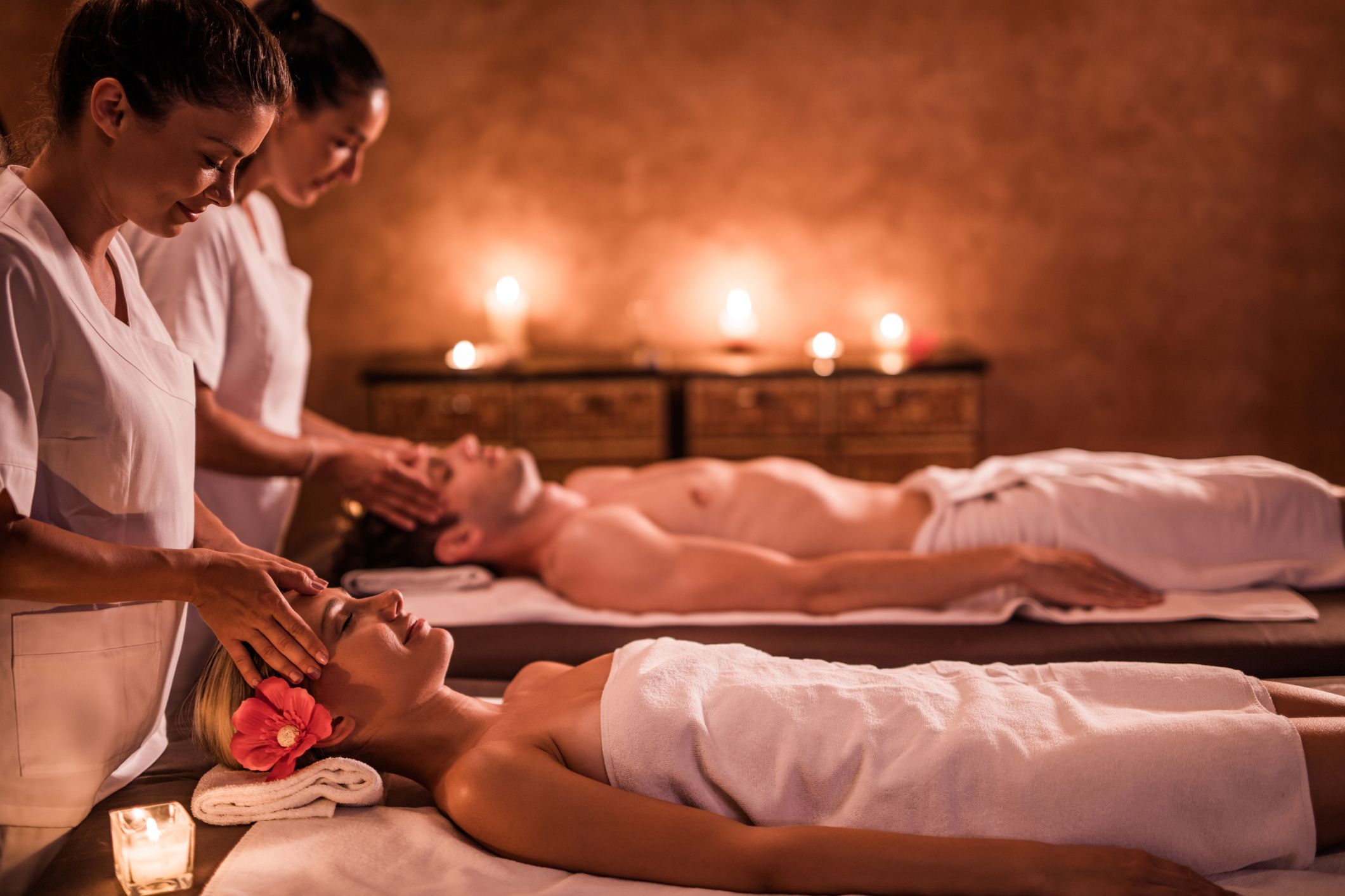 масажиране на млада двойка в спа центъра