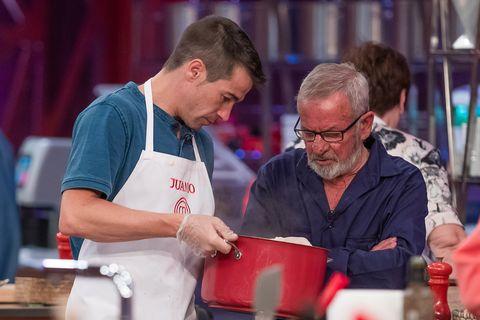 juan josé ballestar cocina con un cocinero en el programa 6 de masterchef celebrity 5