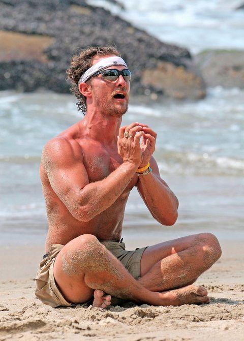 Matthew McConaughey y otros famosos haciendo yoga
