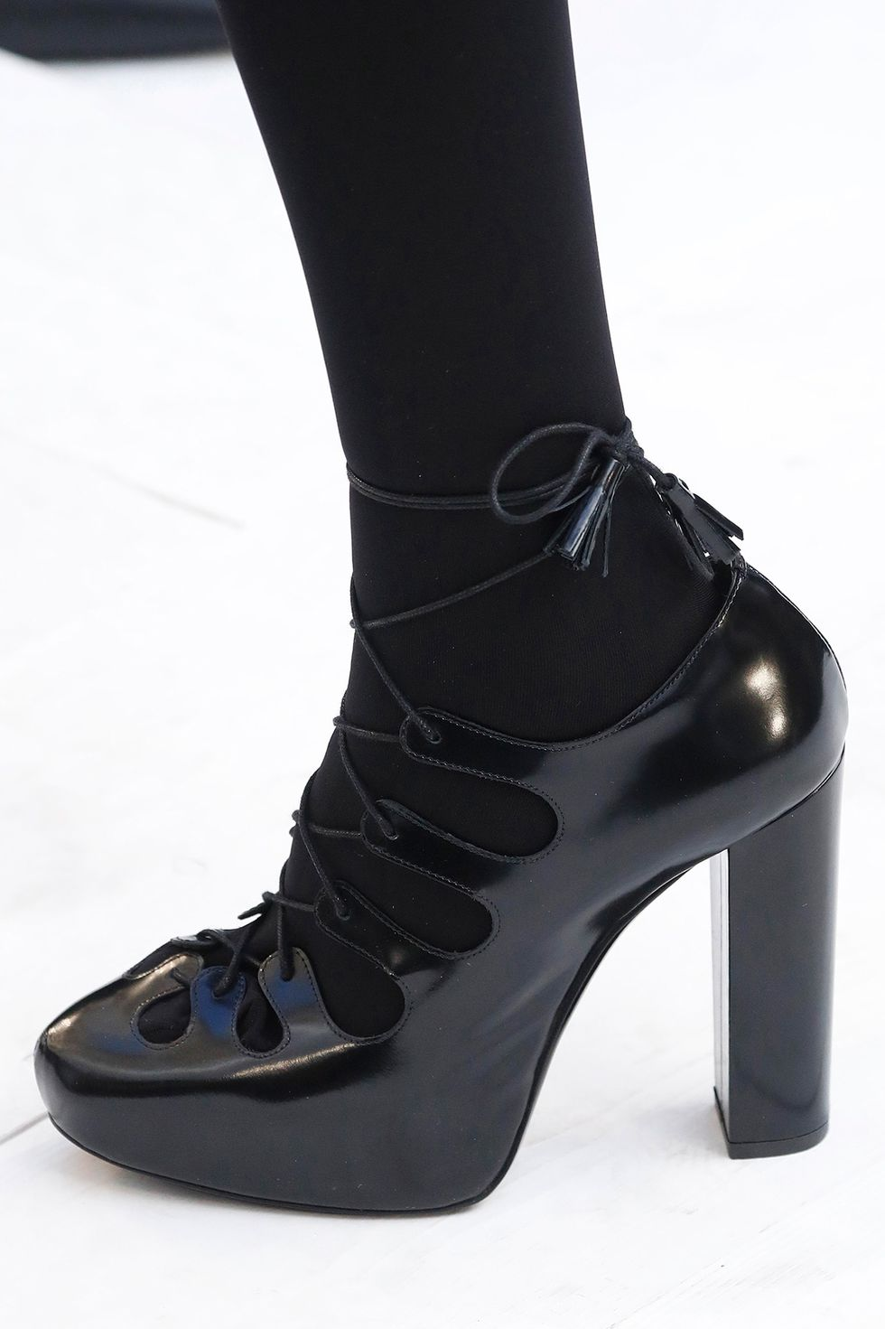 max-mara-fall-2020-runway-lace-up-heel-1582216530.jpg (980×1471)