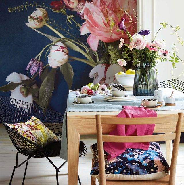 comedor con papel mural con flores de gran formato