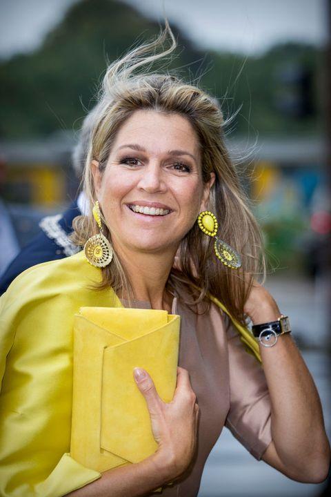 máxima's statement sieraden als blikvanger   gele oorbellen