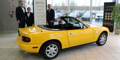A Mazda Dealer Surprised a Loyal Customer by Refurbishing His First-Gen MX-5 Miata's Seats for Free