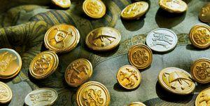 江口洋品店の代表取締役 江口大介さんが収集するブレザーの金ボタン