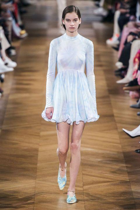 10個必學「紮染穿搭」法!這個夏天就當個抽象派時髦女孩吧