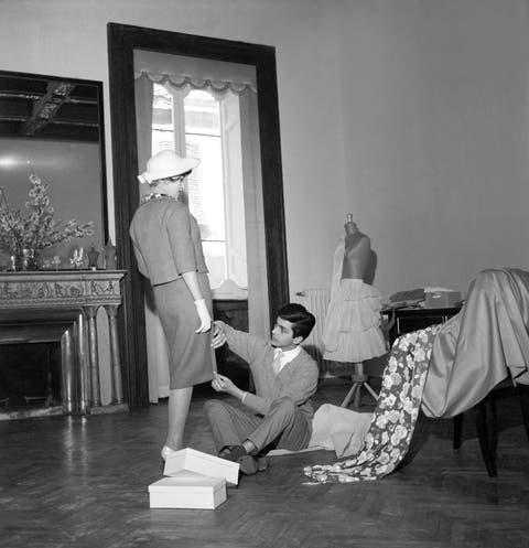 White, Photograph, Black, Black-and-white, Snapshot, Room, Monochrome, Photography, Sitting, Furniture,