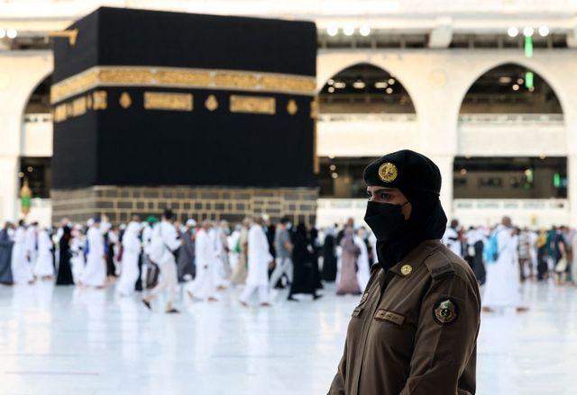 per la prima volta le donne saudite saranno guardie della mecca