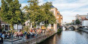 Een terras aan de gracht in Mechelen
