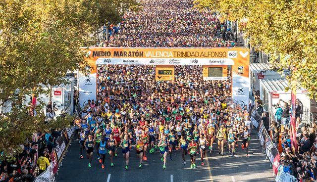 imagen de la salida multitudinaria del medio maratón de valencia trinidad alfonso