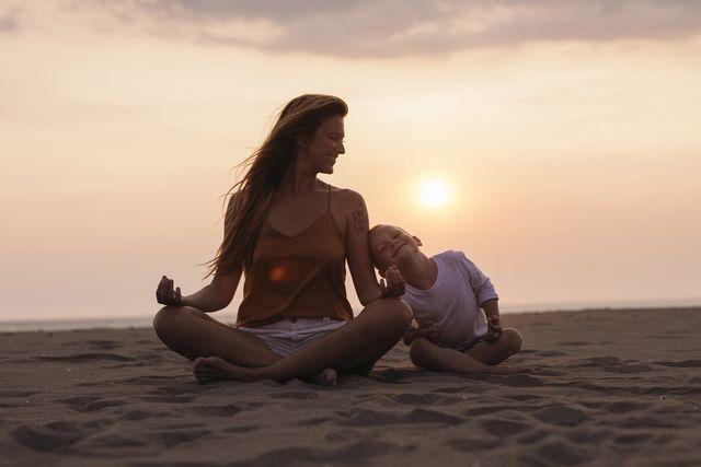 madre e hijo meditando