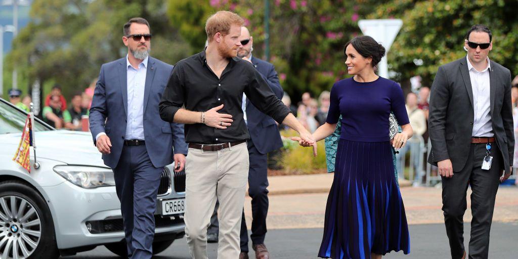 reden-meghan-markle-donkerblauwe-kleding