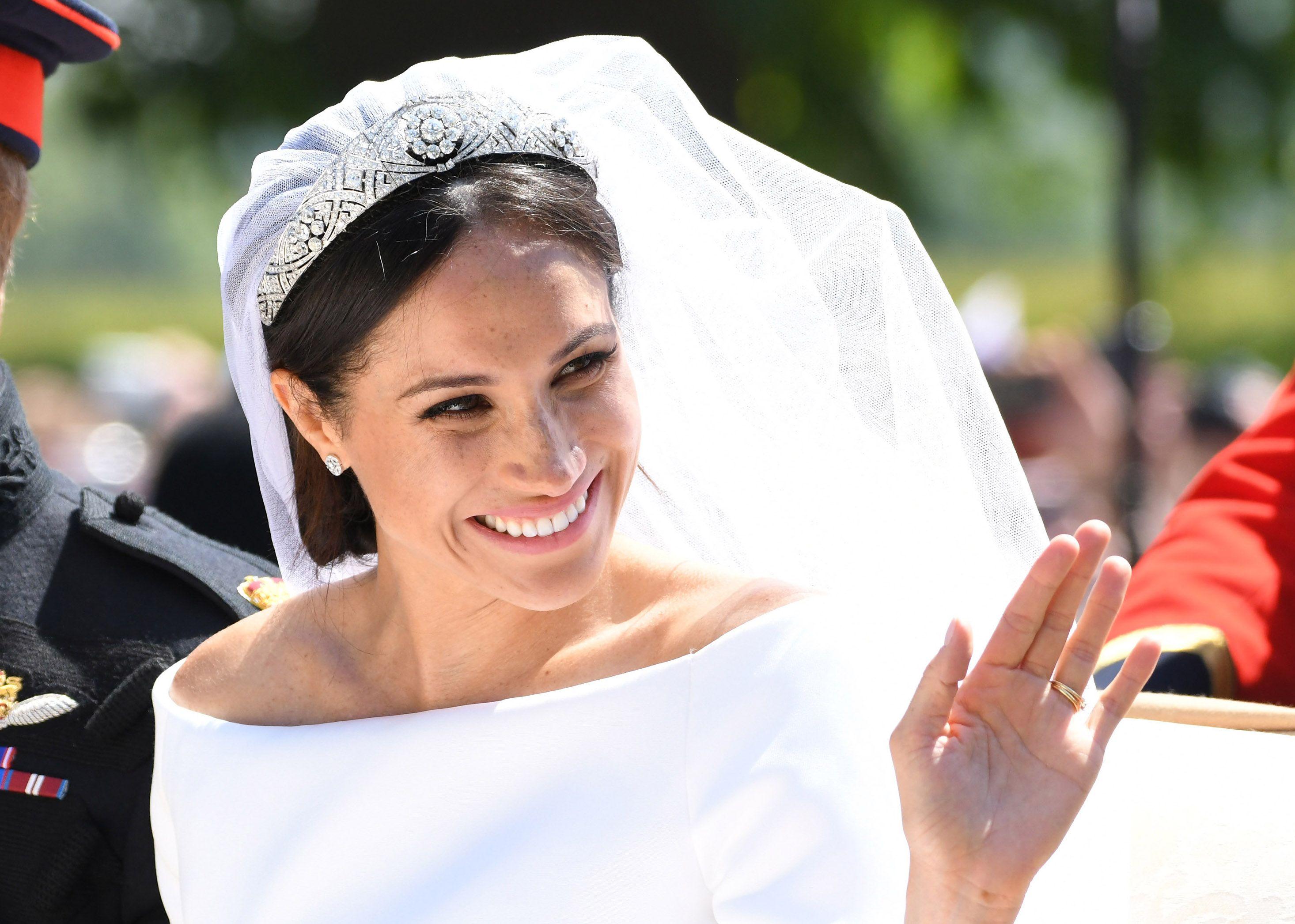 queen elizabeth meghan markle didn t disagree about her wedding tiara per finding freedom queen elizabeth meghan markle didn t