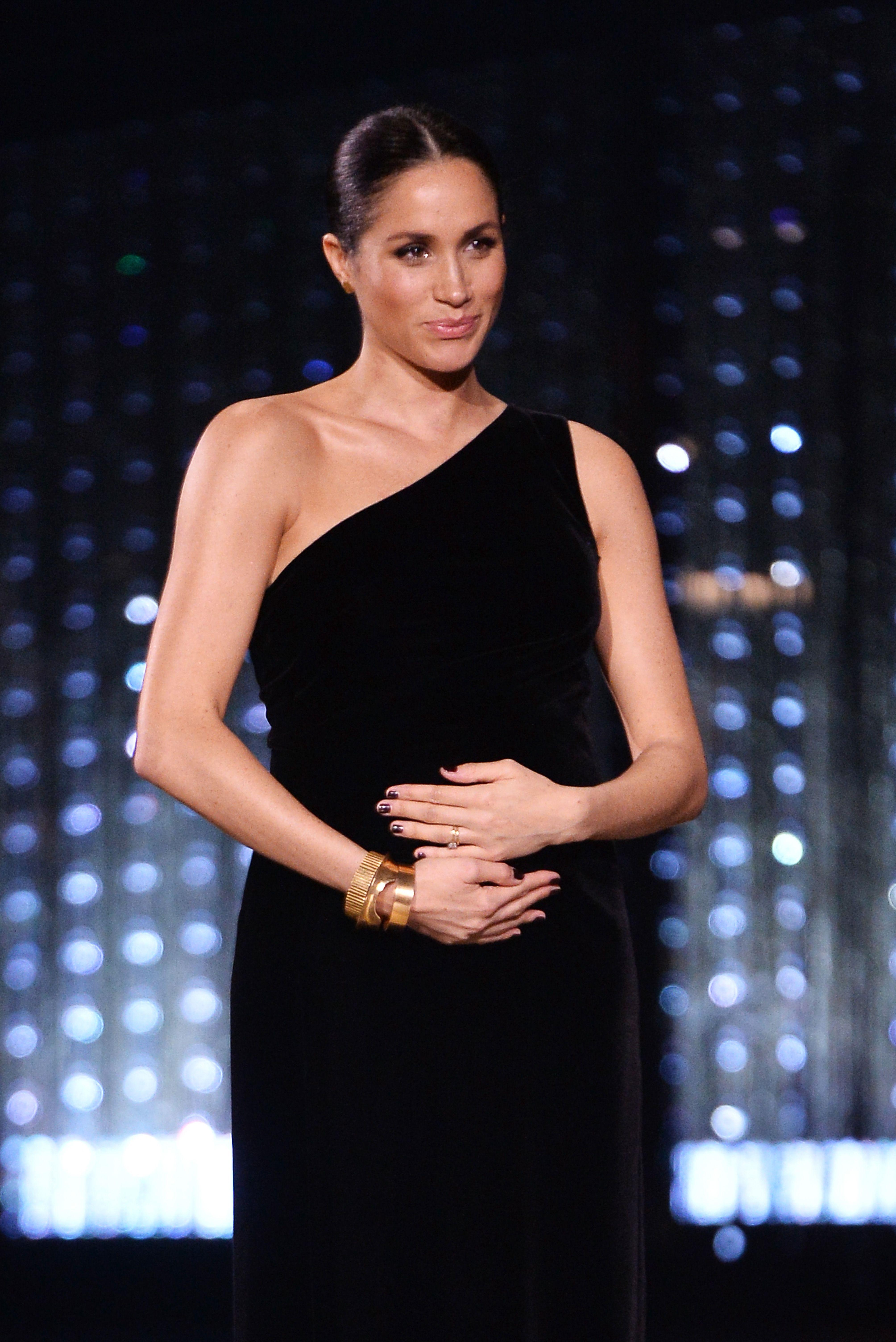 Meghan Markle dikira sedang hamil anak kembar karena perutnya yang terlihat sangat besar (dok. Cosmopolitan)