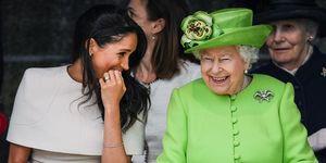 Een lachende Meghan Markle en Koningin Elizabeth II