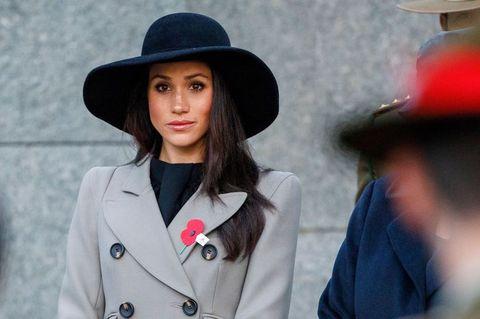 Street fashion, Clothing, Hat, Fashion, Beauty, Fedora, Lip, Fashion accessory, Headgear, Coat,