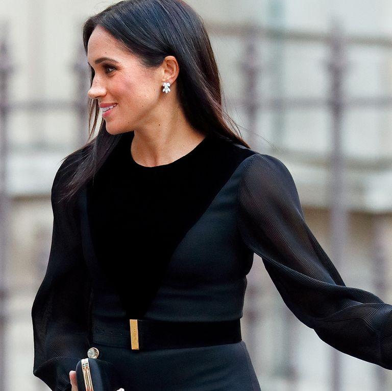 sports shoes 07d8a 0df4a Meghan Markle elige un vestido negro de Givenchy para su primer acto en  solitario
