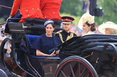 Este sábado 8 de junio la Familia Real británica se ha reunido como cada año para cumplir con una de sus tradiciones, la celebración del 'Trooping the colour', un desfile militar con el que se conmemora el cumpleaños de la reina Isabel II, pero que este año ha tenido como gran protagonista a Meghan Markle, puesto que esta se trata de su primera aparición pública tras dar a luz a su primer hijo junto al príncipe Harry. Un mes del nacimiento de Archie, la duquesa de Sussex ha elegido este día tan especial para la abuela de Harry de Inglaterra y el pueblo británico para reaparecer.