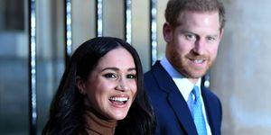 Meghan Markle en Prins Harry zwaaien naar het publiek