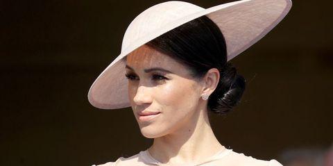 Hair, Hat, Clothing, Beauty, Fashion accessory, Sun hat, Hairstyle, Lip, Fashion, Headgear,