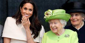 Voormalig Duchess of Sussex Meghan Markle naast Queen Elizabeth tijdens haar eerste officiële event.