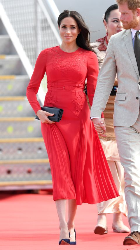 9c9f9b2cc46d Meghan Markle accidentally left the tag on her dress and we've all ...