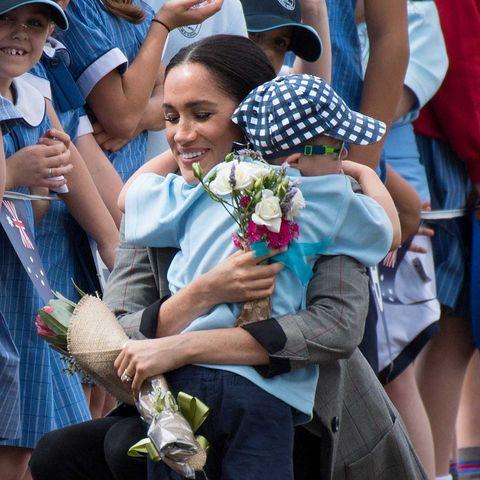 Meghan Markle, embarazada, recibe el abrazo del niño Luke Vincente en Dubbo,Australia