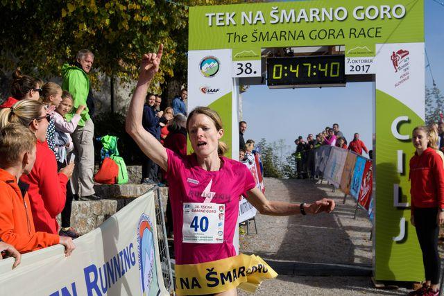 una mujer celebra su victoria en la smarna gora race, la mejor carrera de montaña del mundo