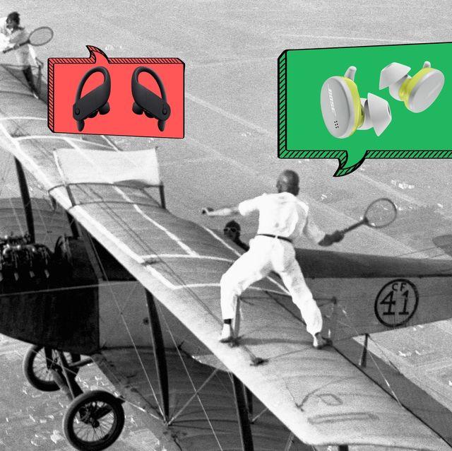 dos jugadores de tenis sobre las alas de un aeroplano