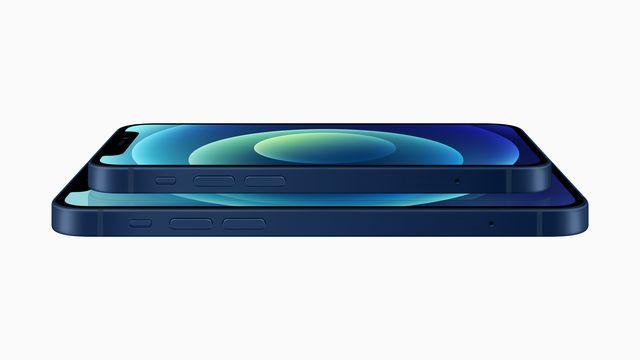 imagen de los nuevos modelos de apple iphone 12 mini y iphone 12, uno encima de otro