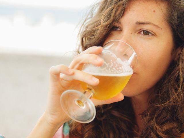 una chica disfruta de una buena cerveza en verano