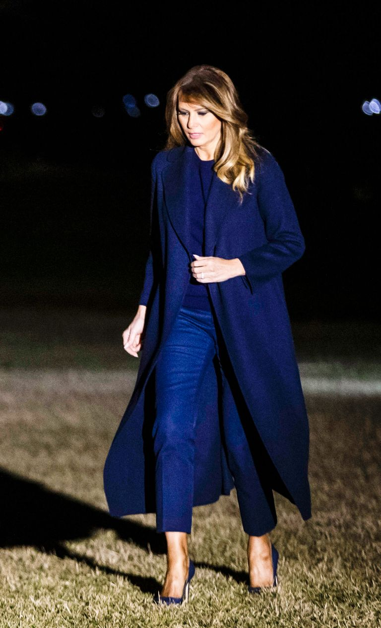 Melania Trump elige un total look azul marino con vaqueros tobilleros para  regresar a la Casa Blanca 0c47da2e700f
