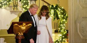Melania Trump con vestido con capa, de Reem Acra