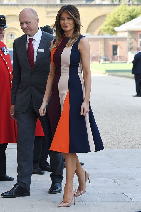 Melania Trump robe de cérémonie évasée à rayures