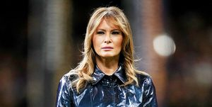 Melania Trump con trench de efecto piel brillante