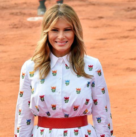 Melania Trump con vestido camisero midi blanco con estampado de flores de Carolina Herrera en la India