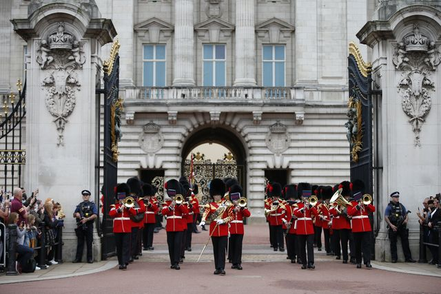 changing of the guard returns to  buckingham palace