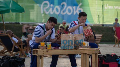 Dos deportistas olímpicos devoran la comida rápida en Río 2016