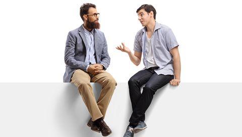 mannen praten met elkaar