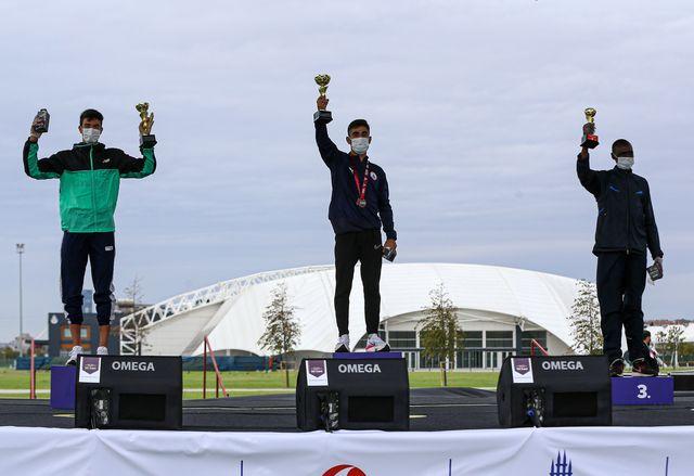 podio del medio maratón de estambul sezgin atac centro, adel mechaal i y benard cheruiyot sang d