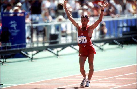 el polaco robert korzeniowski alza triunfal los brazos en su llegada a la meta de los 50 kilómetros marcha de los juegos olímpicos de sidney 2000