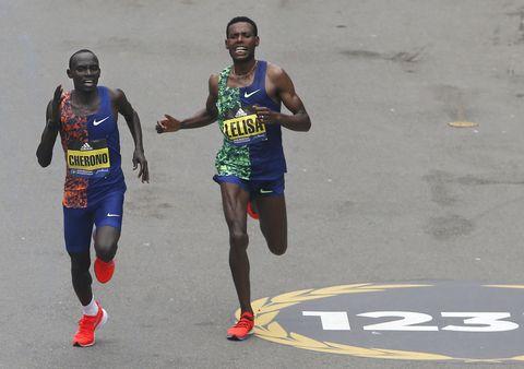 Cherono y Lelisa en el sprint del Maratón de Boston