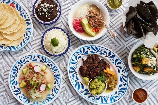 un mesa con diferentes platos servidos para comer